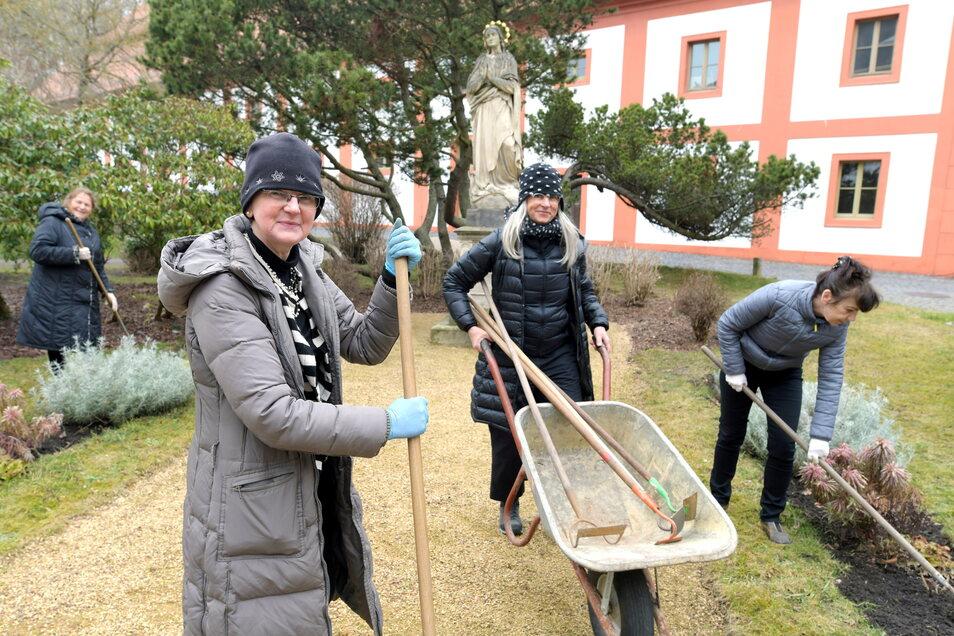 Mitglieder des Freundeskreises vom Kloster St. Marienthal haben sich am Sonnabend zum Frühjahrsputz getroffen.