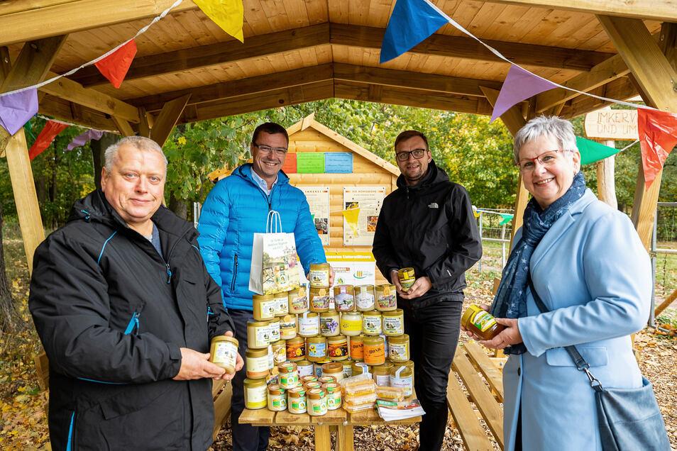 Mike Josiger (li.) vom Imkerverein Wilsdruff übergibt 48 Gläser Honig an Oliver Gäbisch (2.re.) und Karla Horn vom Kindergartenverein Wilsdruff. Bürgermeister Ralf Rother unterstützt das Projekt.