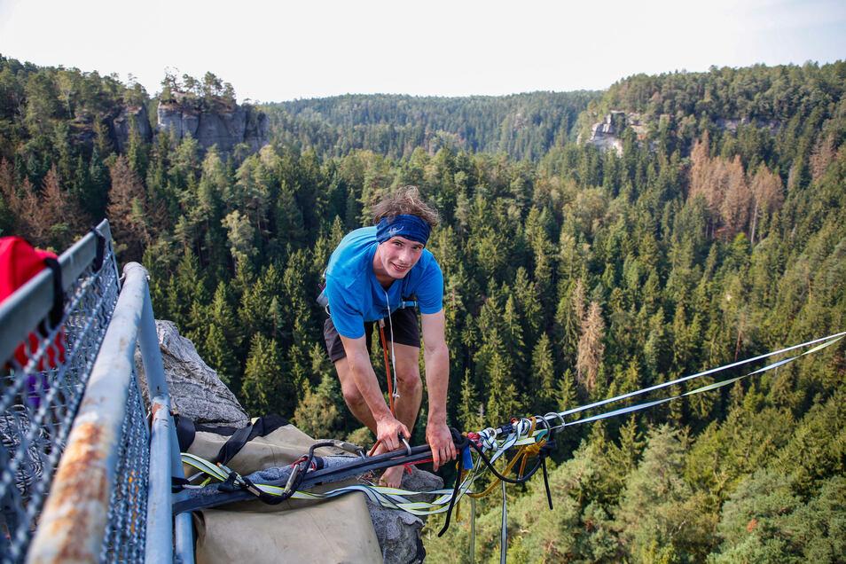 Kai Gilbrich aus Dresden bereitet sich vor. Gut gesichert, wollen sich die Slackliner auf die 360 Meter lange Strecke begeben.