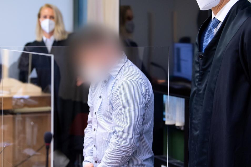 Der wegen Mordes angeklagte 35-jährige Raser steht vor Prozessbeginn im Landgericht München im Gerichtssaal.