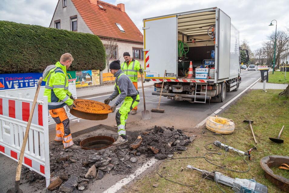 Mitarbeiter von STB See wechselten in dieser Woche die Deckel der Abwasserschächte auf der Rothenburger Straße aus.