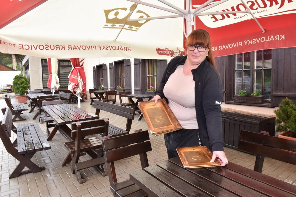 Mikulov am Stürmer Hotel Cepin: Kellnerin Jitka Vortova erwartet zumindest im Außenbereich wieder Gäste.