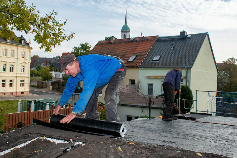 Das Dach der Bibliothek in Roßwein, durch das es schon hereingeregnet hat, wird im Moment in Ordnung gebracht.