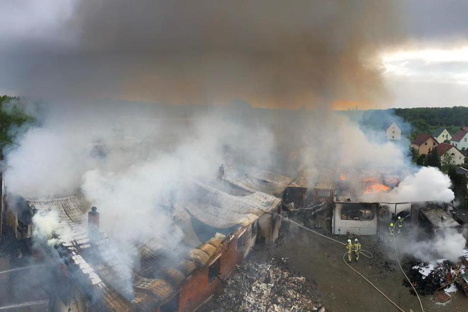 Von oben ist das ganze Ausmaß des Großbrandes zu erkennen.