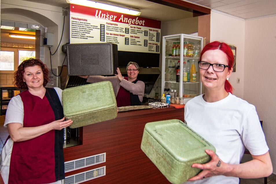 Das Harthaer Schlemmerstübchen liefert während Corona Essen aus. Kerstin Fritzsche, Maika Schröter, Grit Lindner (von links) sind weiter täglich am Werk.