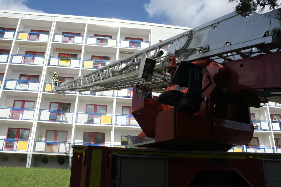 Mit zwei Drehleitern werden die Bewohner aus dem Haus evakuiert.