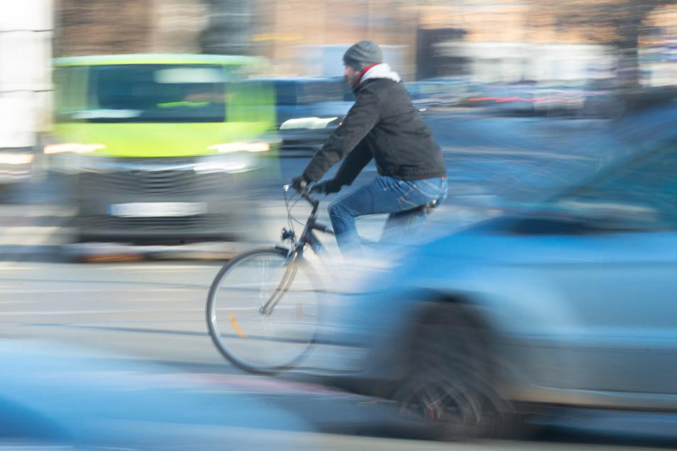 Feuerwehr und Rettungsdienst mehrerer Stadtteile waren im Einsatz. Radfahrer ins Krankenhaus eingeliefert.