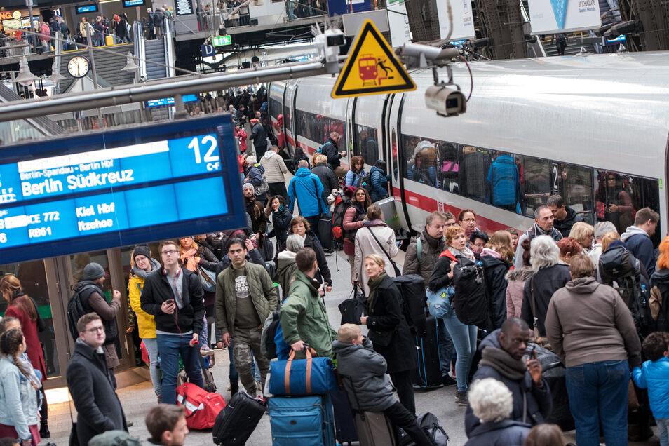 Die Verbindung zwischen Hamburg und Berlin zählt mit täglich fast 17.000 Fahrgästen zu den nachfragestärksten Fernverkehrsverbindungen in Deutschland.