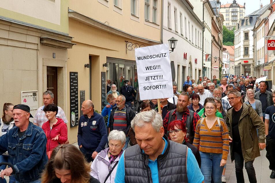 Ohne Mundschutz gegen Mundschutz: Corona-Demo am Mittwoch in der Pirnaer Altstadt.