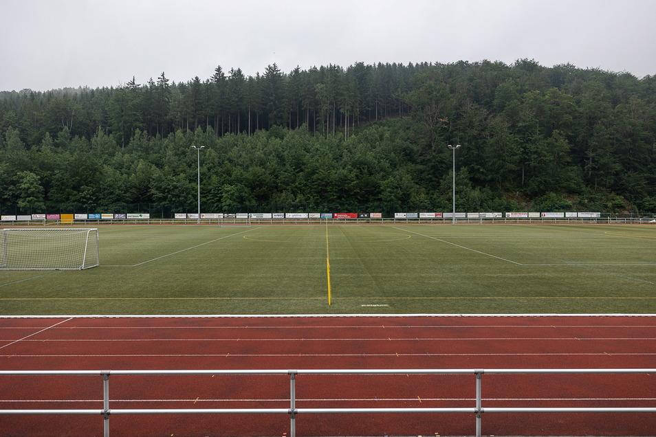 Der Kunstrasen im Schmiedeberger Stadion ist in die Jahre gekommen. Aber die Förderung für einen Austausch wurde abgelehnt.