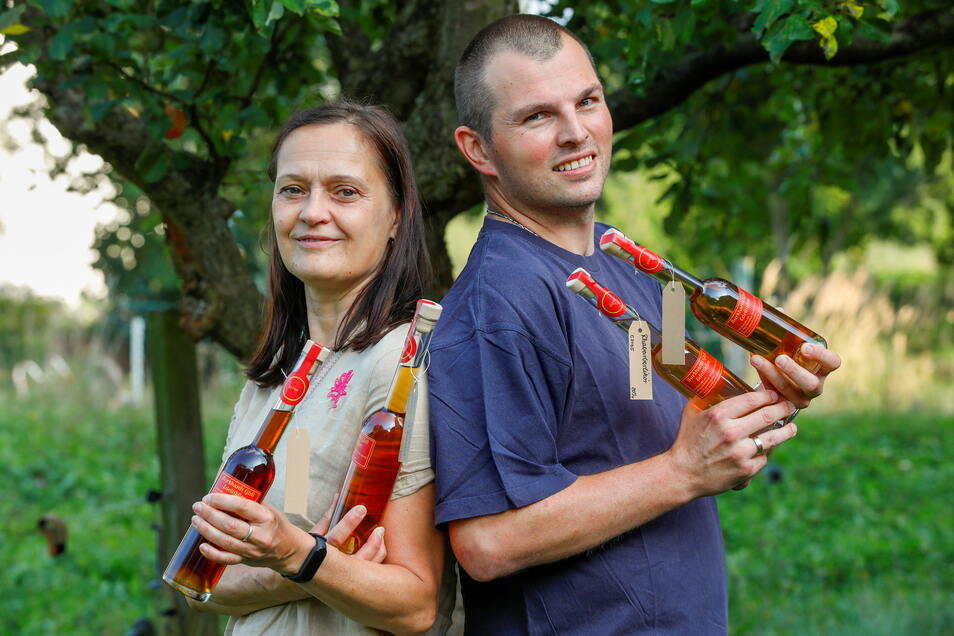 René und Silke Burkhardt mit einigen ihrer selbst hergestellten Liköre. Einige Früchte ernten sie teilweise direkt von den eigenen Bäumen.