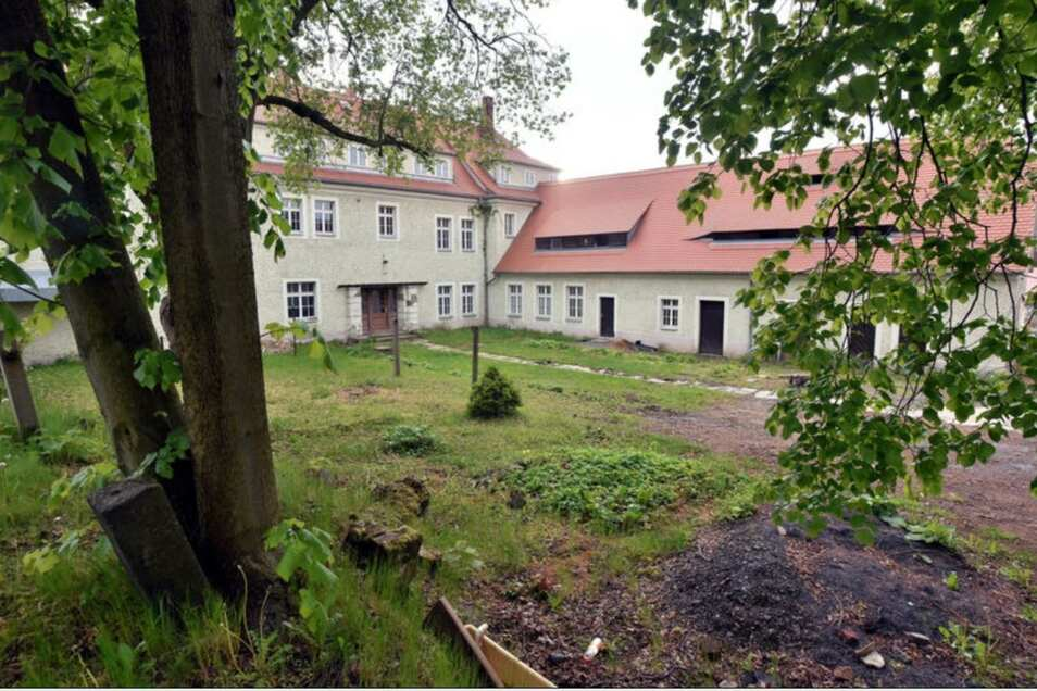 Hinter dem Haus, auf der straßenabgewandten Seite, gab es einen kleinenHof mit Garten, den Lonie Pfennig nutzte.