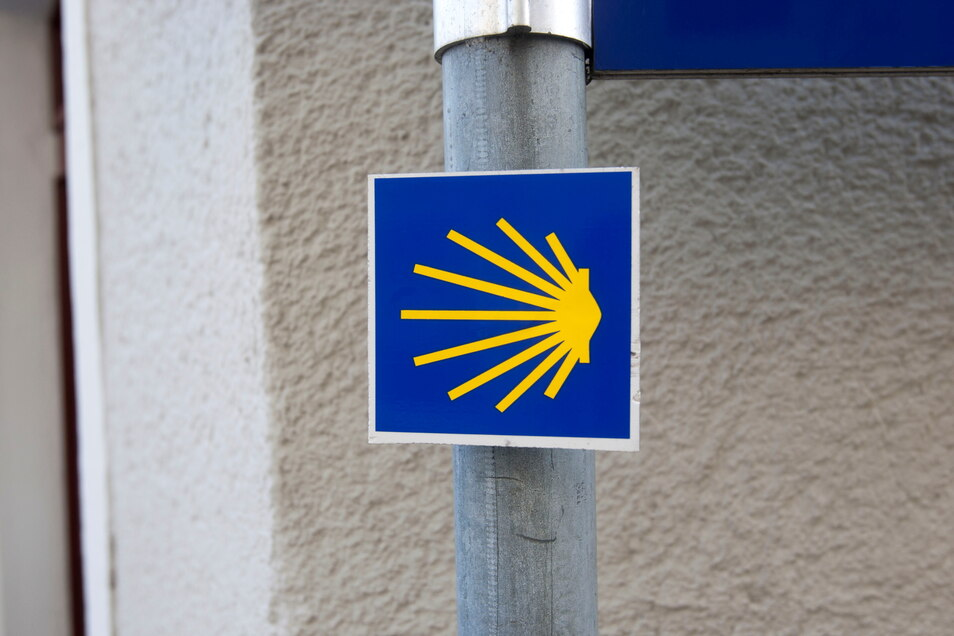 Die Jakobsmuschel weist auf den Pilgerweg hin, mit Herbergen in Großenhain und Skassa.