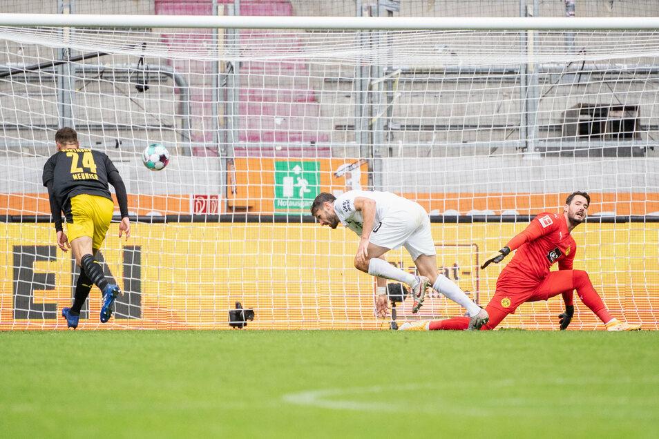 Daniel Caligiuri von Augsburg (M) trifft zum 2:0. Thomas Meunier (l) und Roman Bürki von Dortmund (r) können den Ball nicht abwehren.