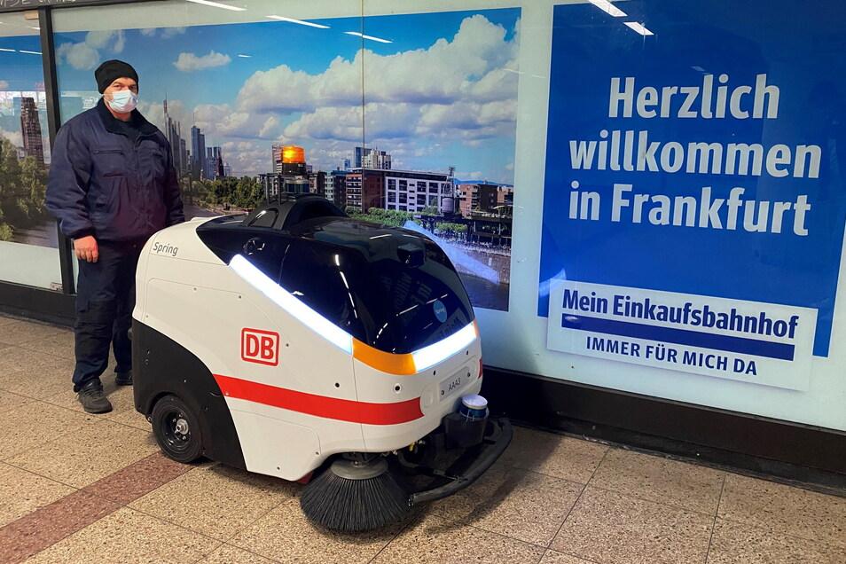 """""""Manni"""" ist am Frankfurter Hauptbahnhof im Einsatz - mit menschlicher Aufsichtsperson."""