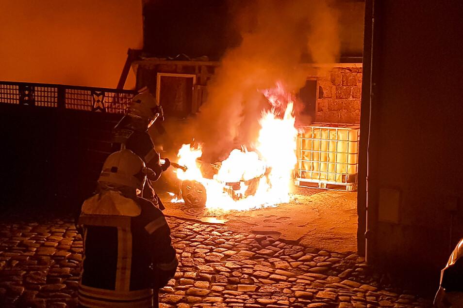 Bischofswerdas Feuerwehr wurde in der Nacht zum Donnerstag an die Kamenzer Straße gerufen, um einen brennenden Pkw zu löschen. Mit sehr hoher Wahrscheinlichkeit handelt es sich um Brandstiftung.