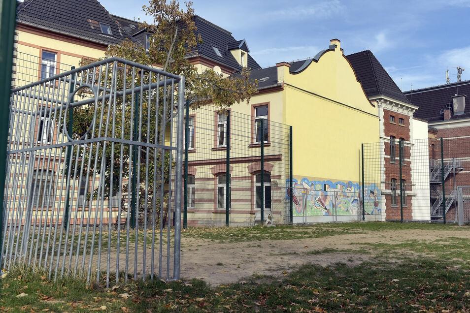Auf dem Bolzplatz vor der Peter-Apian-Oberschule spielten schon viele (ehemalige) Schüler. Im Schulverein engagieren sich nur wenige.