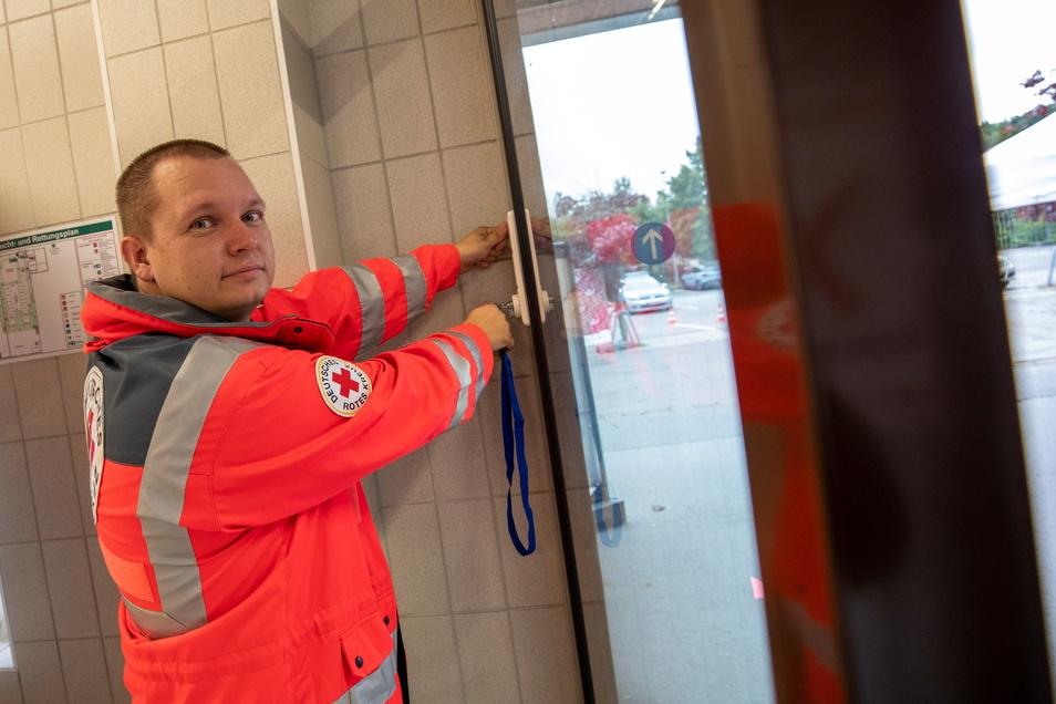 Leiter Christian Thie sperrt die Türen des Impfzentrums in Pirna zu. Das Ende einer Ära, wie es zu Abschied hieß.