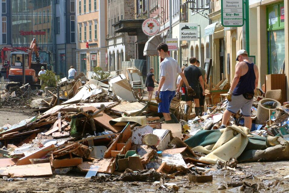 Wie sich die Bilder gleichen: So wie jetzt in Rheinland-Pfalz und in Nordrhein-Westfalen sah es 2002 auch in Meißen aus. Damals kam die Hilfe aus dem Westen, jetzt aus dem Osten.