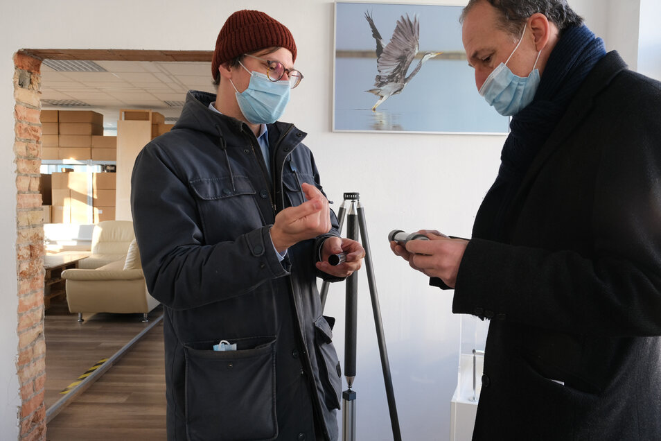 Am Demonstrator: Herone-Geschäftsführer Daniel Barfuß (l) und Robert Franke,Leiter der Dresdner Wirtschaftsförderung.