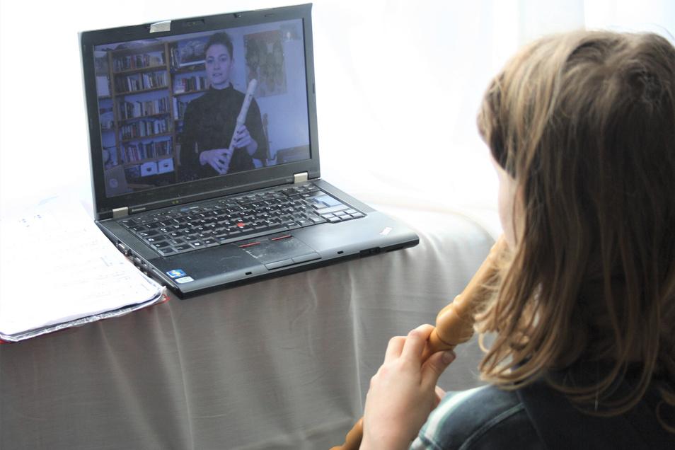 Milan übt Flöte via Skype mit Regina Rothe, die als selbstständige Lehrerin unter anderem für den Musikverein Bannewitz arbeitet.