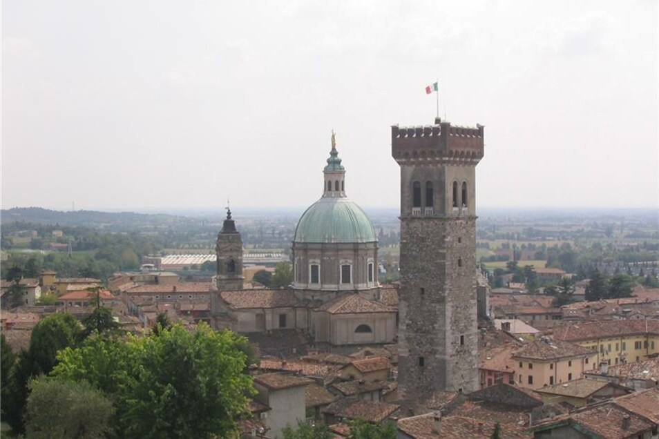 Lonato del Garda, Italien (6) Einwohner: 16000 Fläche: 70 km² Partnerstadt seit: 21.5.2012 Besonderheit: Markantestes Gebäude ist der 55 Meter hohe und 1555 erbaute Torre Maestra. Zur Partnerschaft: Schüler aus beiden Städten erforschen gemeinsam die Entwicklung der Stahlindustrie.