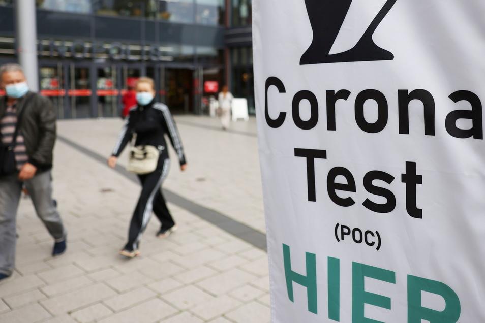 Testen ist für alle Ungeimpften zunehmend wichtig. Die neue 3G-Regel besagt, dass man nachweisen muss, geimpft, genesen oder getestet zu sein. Es geht z. B. um die Gastronomie oder Fitnessstudios. Die Inzidenz im Kreis Meißen stieg am Freitag auf 15,4.