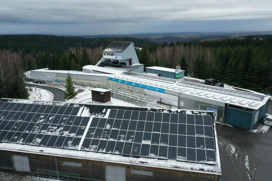Auf Dachflächen an Bobgarage (vorn) und Bobstart wurde eine Fotovoltaikanlage installiert.