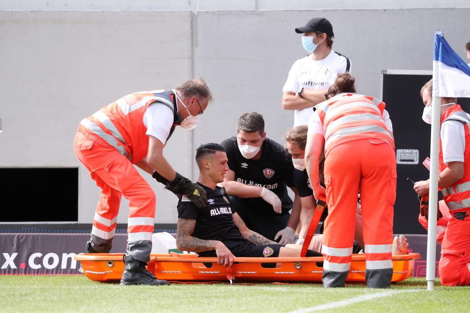 Panagiotis Vlachodimos wird in Darmstadt von Sanitätern auf einer Trage aus dem Stadioninnenraum gebracht.