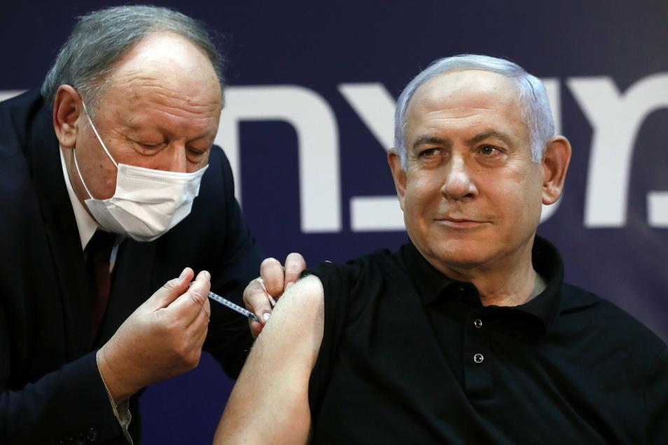 Benjamin Netanjahu (r), Ministerpräsident von Israel, wurde als Erster gegen Corona geimpft. Binnen eines Monats gelang es, ein Viertel der Bevölkerung zu impfen.