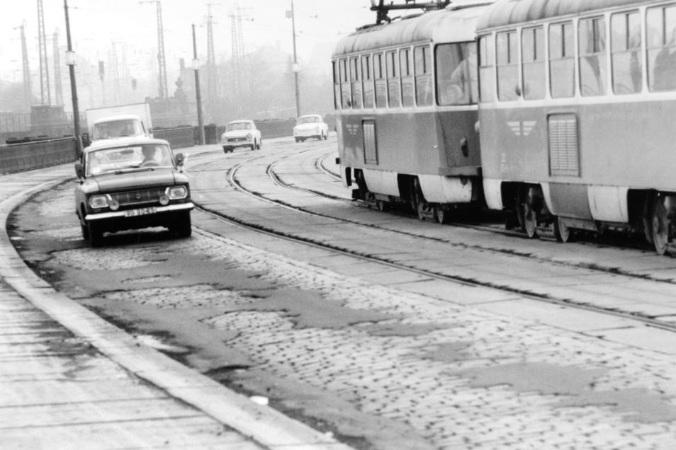 In desolatem Zustand war die Marienbrücke bereits zu DDR-Zeiten, hier ein Bild von 1980. Schlecht stand es auch um den Gleiskörper. Deshalb durften die Bahnen damals nur noch Schrittgeschwindigkeit fahren.