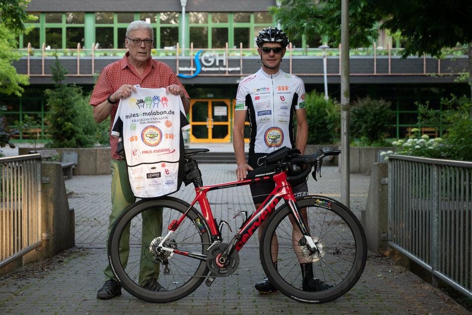 Norbert Vohn (rechts) fährt von Aachen nonstop mit dem Rad nach Görlitz. Zweck der Fahrt ist es, auf ein Spendenprojekt aufmerksam zu machen. Links Herbert Schmerz, der Vorsitzende des Vereins, der die Spenden koordiniert.
