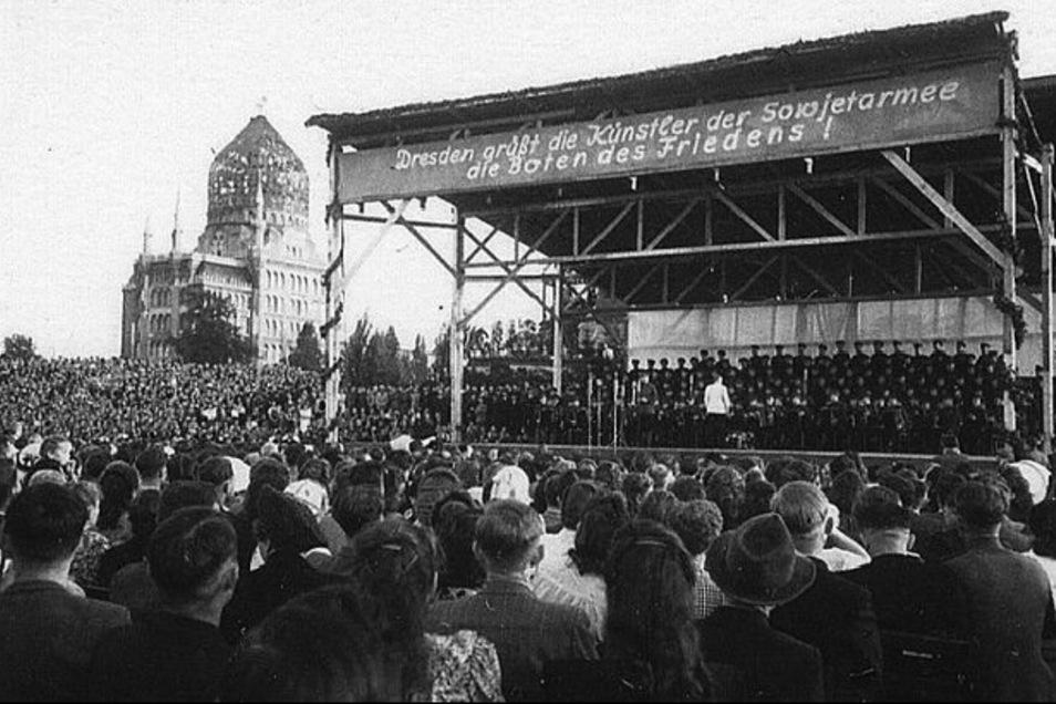 """In """"Botschafter des Friedens"""" dokumentierte Marion Keller 1948 Auftritte des russischen Alexandrow-Ensembles in den Trümmern von Dresden, hier im Ostra-Gehege. Ihre Hoffnung galt der Sowjetarmee, die sie als Befreier feiert."""