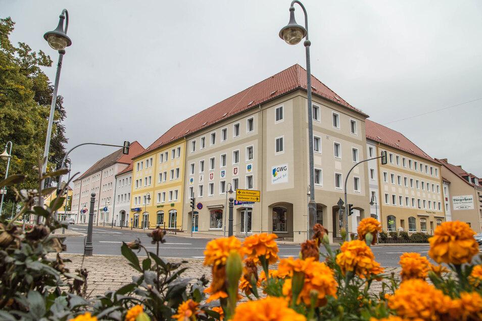 Nicht nur der Zinzendorfplatz selbst mit seinen Blumenrabatten ist bunt, auch die Häuser um den Platz haben in den vergangenen Jahren neue Farbe bekommen wie hier an der Sibylle-Kreuzung.