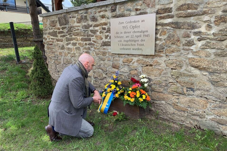 Bautzens Oberbürgermeister Alexander Ahrens hat  an der Gedenktafel in Niederkaina der 195 Menschen gedacht, die dort vor 76 Jahren in einer Scheune verbrannten.
