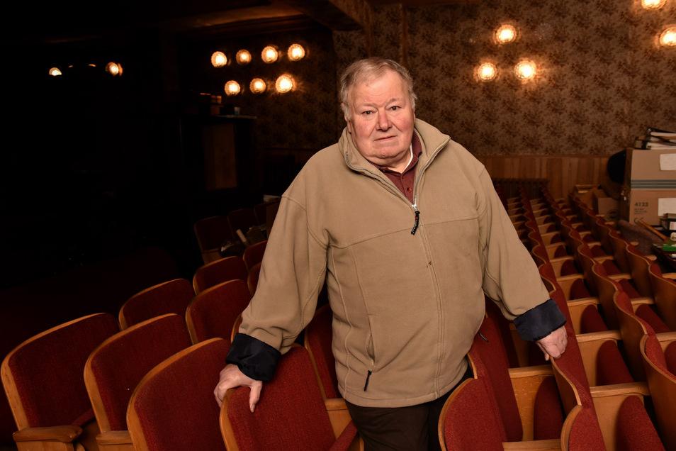 Der Besitzer und bisherige Betreiber des Goldnen Glases, Michael Schirmer, zwischen den Stuhlreihen im ehemaligen Kino, dass zur Gaststätte gehörte.