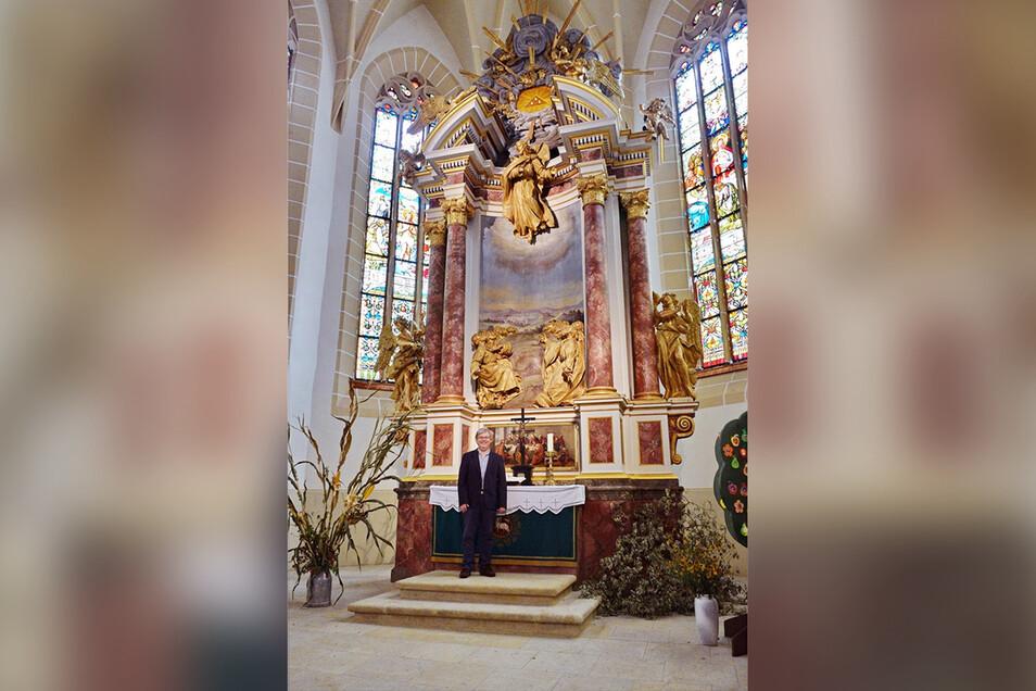 Pfarrer Dietmar Saft ist stolz auf den restaurierten, 300 Jahre alten Himmelfahrtsaltar in der Lommatzscher Wenzelskirche.