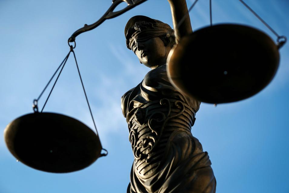 Ab Mitte November steht der 39 Jahre alte Angeklagte in Chemnitz vor Gericht. Er soll seine Ehefrau im Streit erstochen haben.