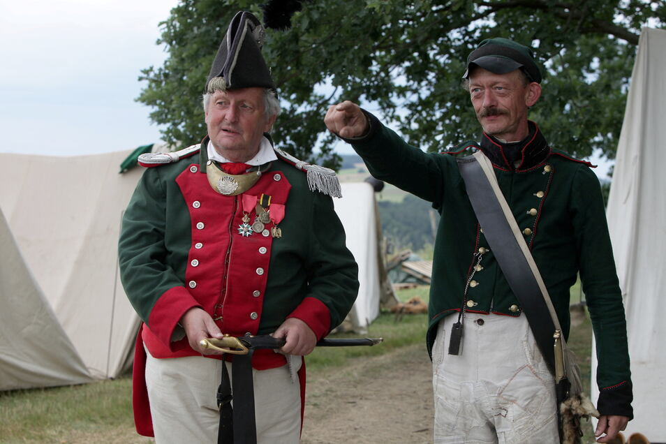 Sie organisieren das Napoleonbiwak: Steffen Schaller (r.) als sächsischer Infanterist und sein Vater Bernd als Premierleutnant des Ingenieurcorps.