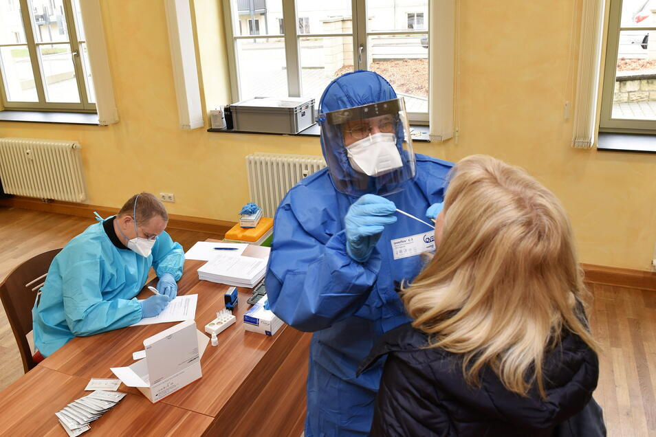 Corona Testzentrum im Bürgerhaus Bannewitz: Dr. Holger Stief führt die Schnelltests durch.