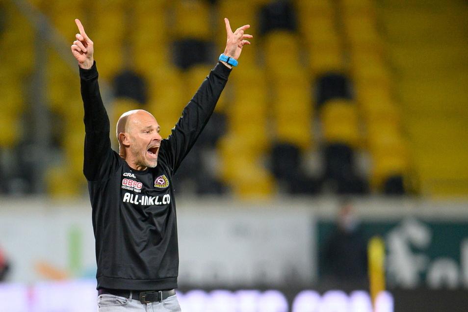 Dynamos neuer Trainer Alexander Schmidt jubelt nach dem Tor zum 1:0. Für ihn der erhoffte Einstand in Dresden.