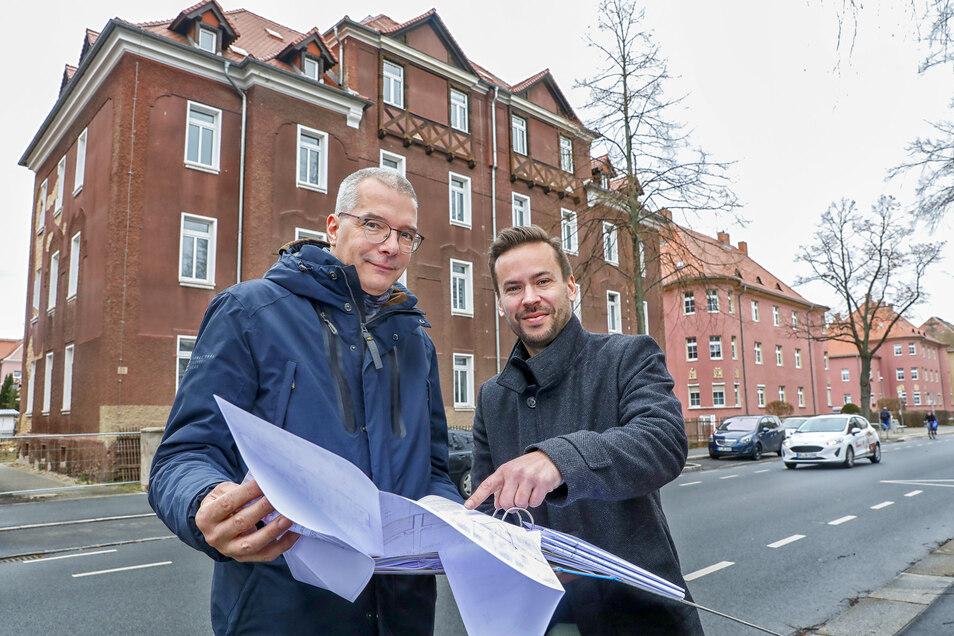 Michael Martin(rechts) und Bernd Stieler, Vorstände der Zittauer Wohnungsgenossenschaft, vor der Südstraße 64/66 in Zittau.