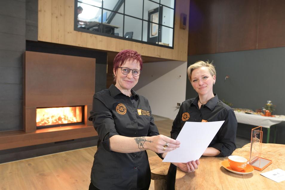 Die Sekretärinnen Heidi Roggenkamp (links) und Claudia Uhlemann im neuen Showroom.