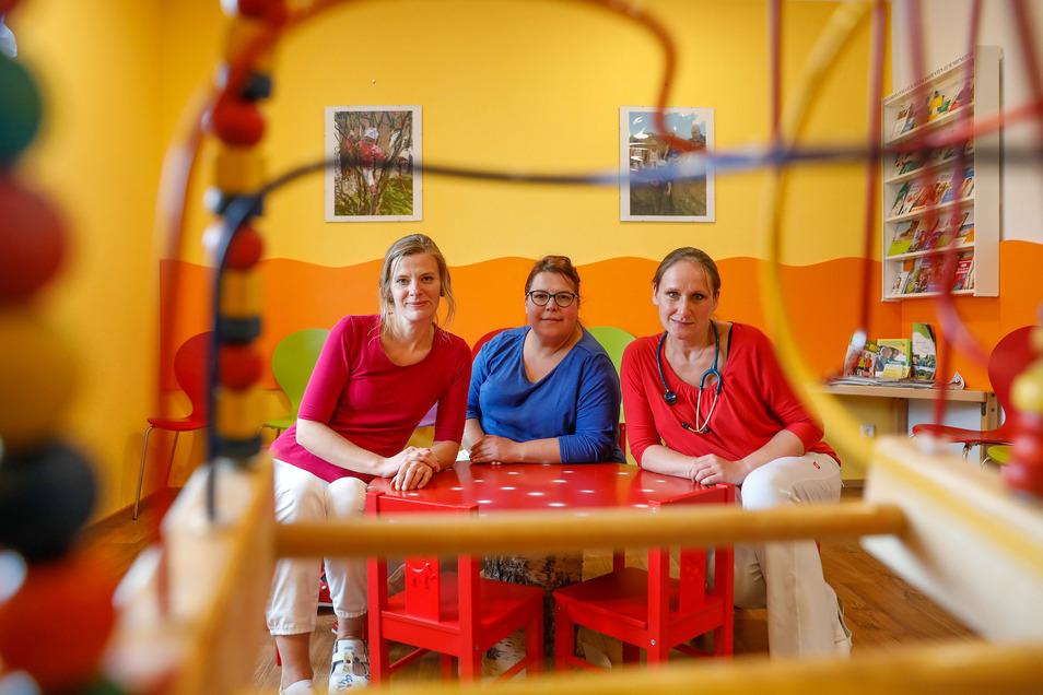 Kinderärztin Alice Möckel (rechts) und ihre Mitarbeiterinnen Schwester Nicole (links) und Schwester Conny betreuen kleine Patienten aus dem Oberland, Löbau und Umland.