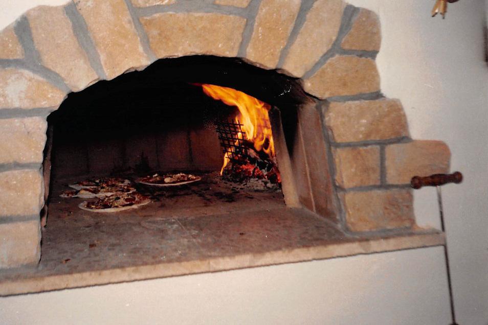 Gebaut nach originalen Plänen aus Italien - der Pizza-Ofen war das Herzstück der Kneipe. Hier wurden über Buchenholzscheiten bei 200 Grad auch Pizzen gebacken, die mit Spaghetti belegt waren.