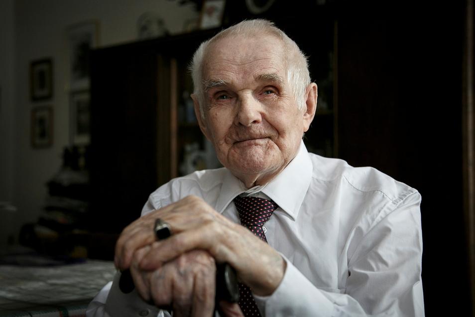 Das Bild zeigt Herbert Nickgen im Jahr 2015 zu seinem 100. Geburtstag in der Wohnung, in der er seit 1955 lebte.