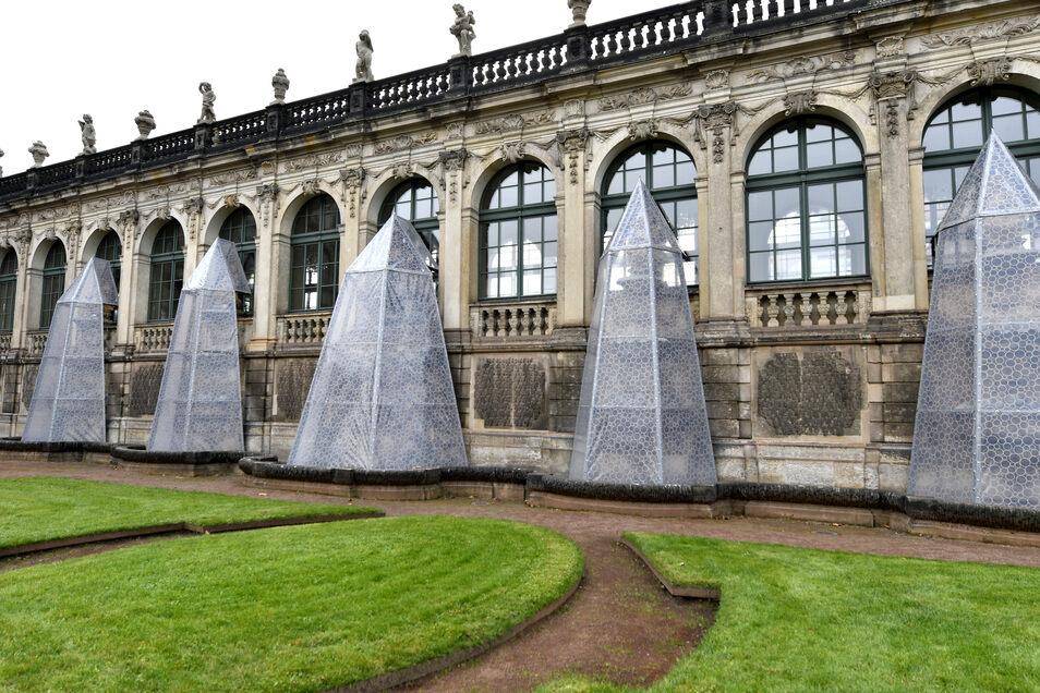 Bei einigen jetzt verhüllten Brunnenteilen handelt es sich noch um Originale aus der Bauzeit der Galerien zwischen 1714 und 1718.