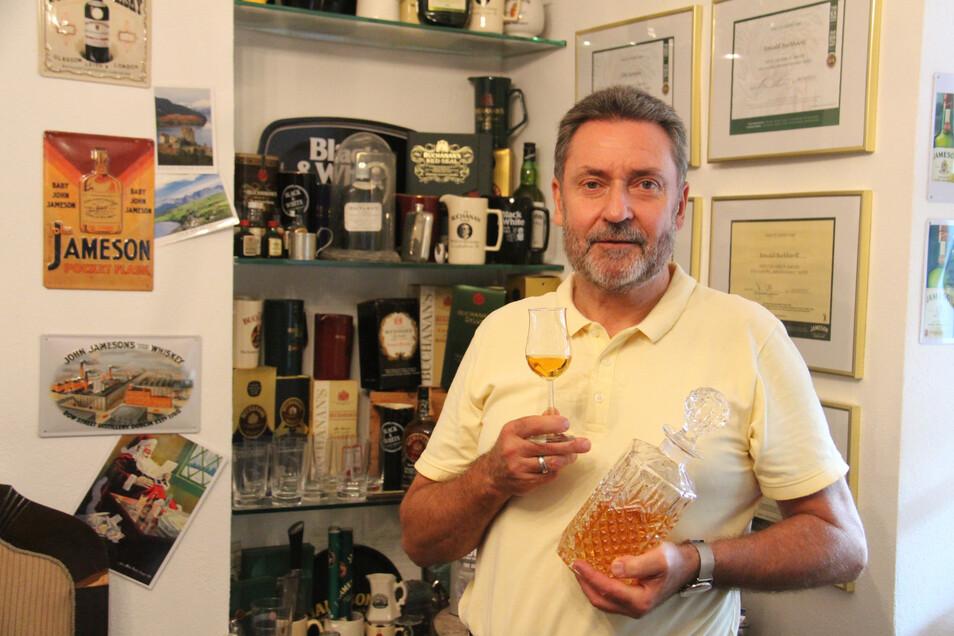 Ronald Burkhardt gibt an der Volkshochschule Whisky-Seminare. Unter anderem geht es dabei um Sorten aus Indien