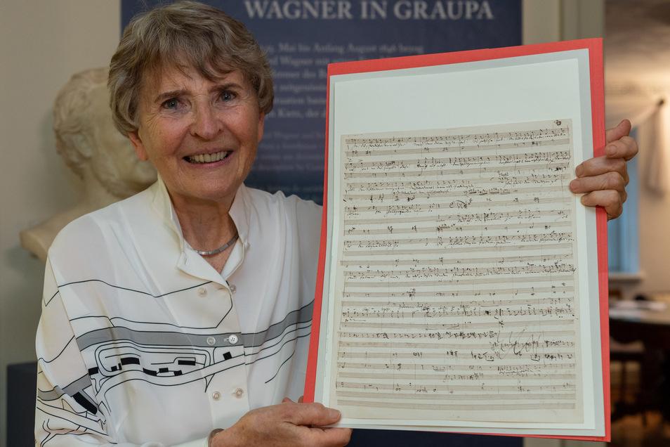 Die Musikwissenschaftlerin und Mäzenin Eva Rieger mit ihrer Schenkung am Mittwoch im Lohengrinhaus der Richard-Wanger-Stätten Graupa bei Dresden.