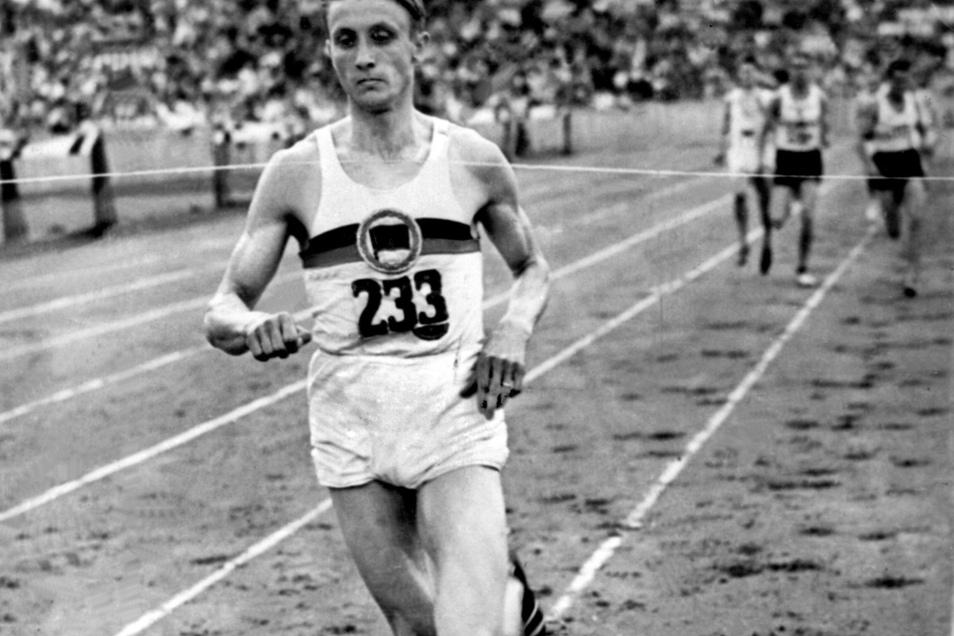 Rudolf Harbig gewinnt 1939 souverän den 800-Meter-Lauf bei den deutschen Meisterschaften im Berliner Olympiastadion.
